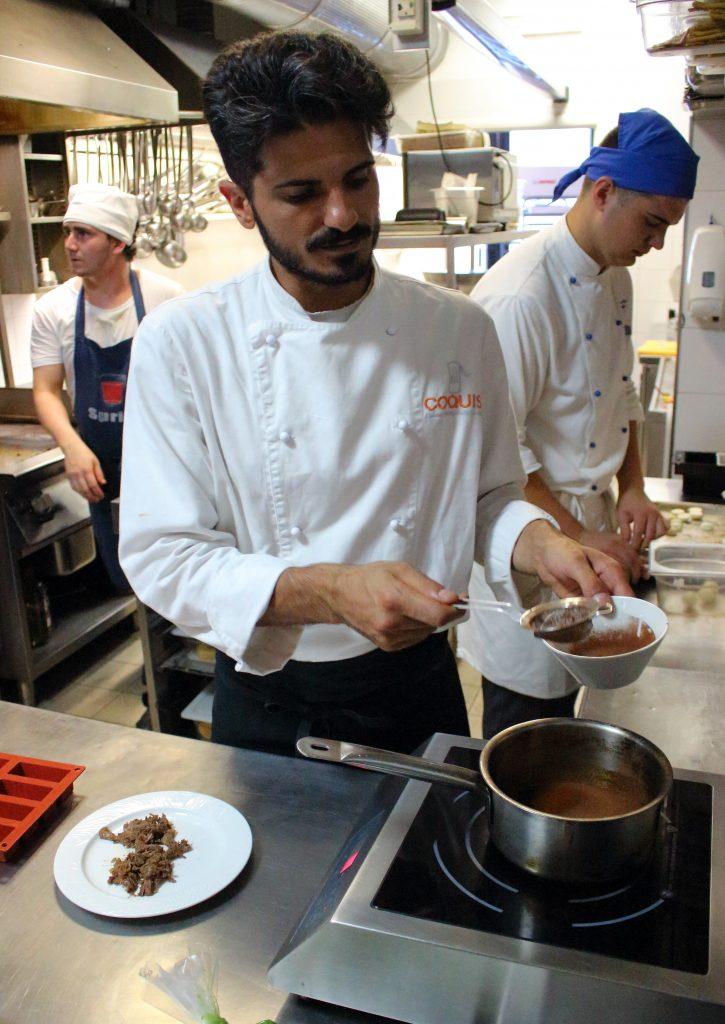 lo chef al lavoro nella sua cucina