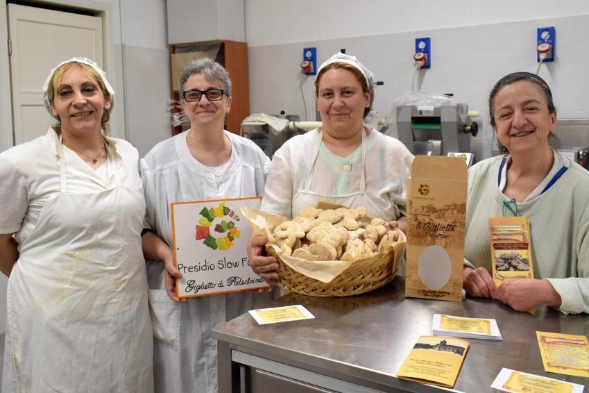 Le addette alla produzione dei biscotti