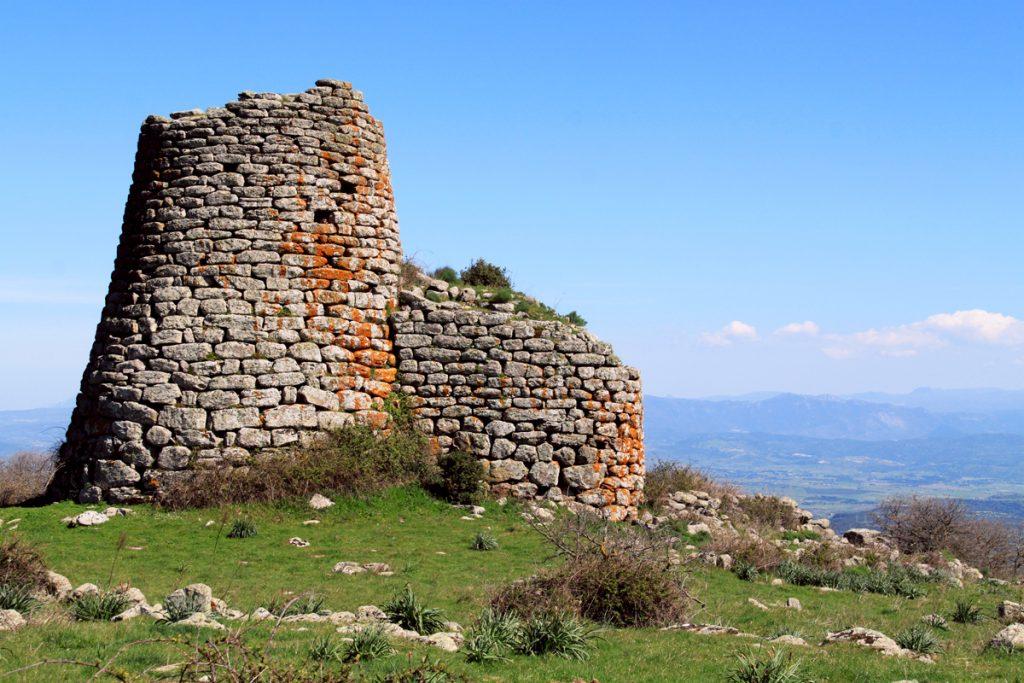 Il nuraghe, costruzione tipica nel paesaggio sardo