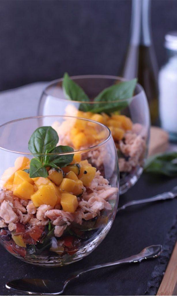 Insalata di risi scuri con verdure, salmone e mango