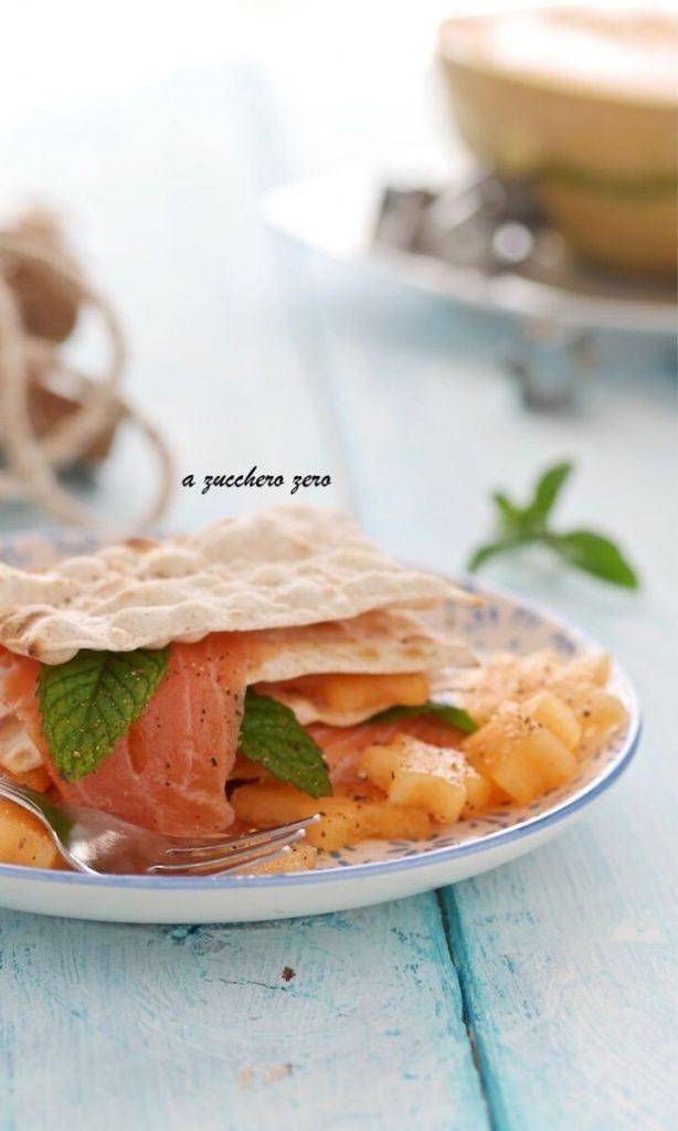 Millefoglie di pane azzimo con salmone e melone alla menta
